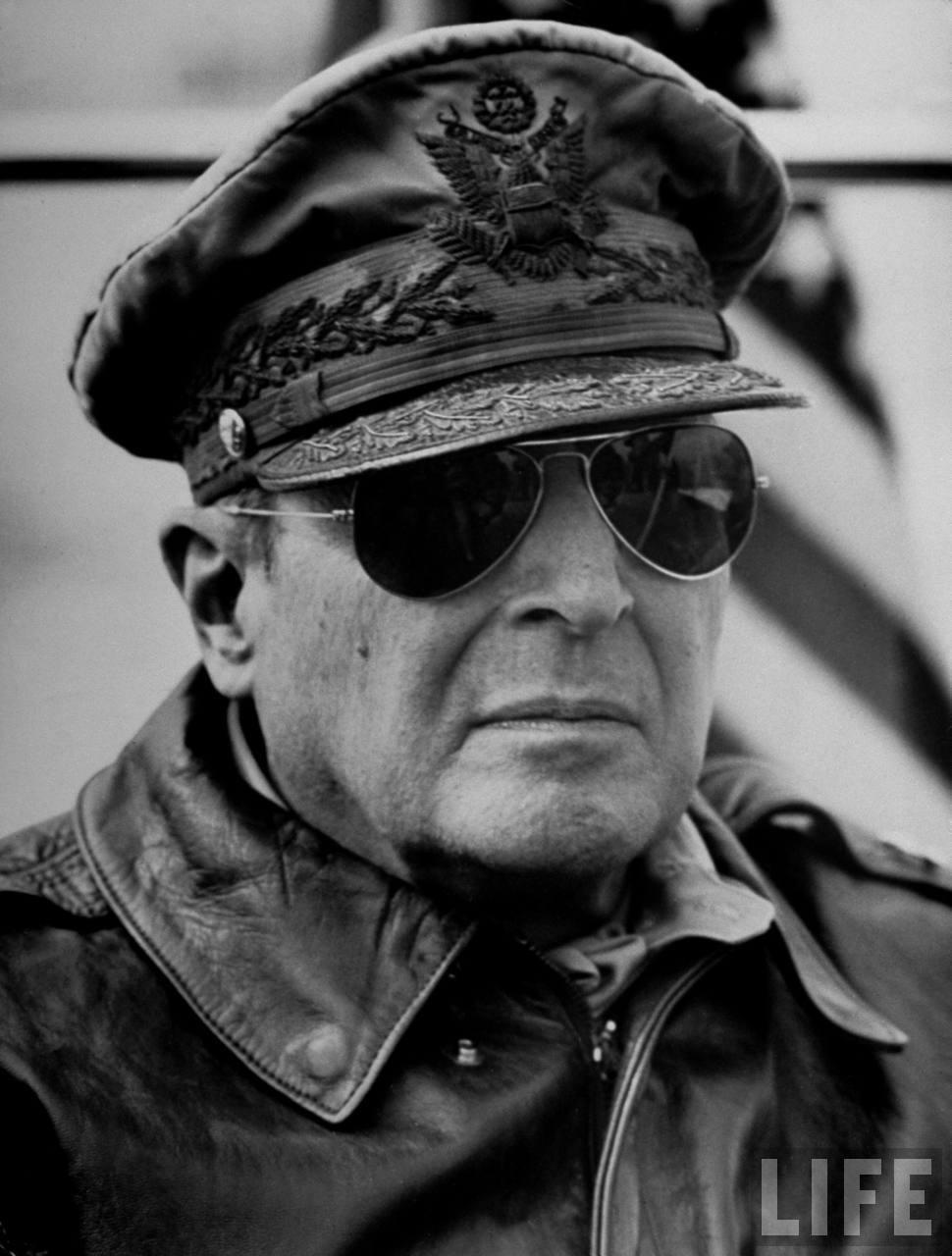 MacArthur-rayban-wayfarer-lecatalog.com