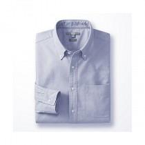 La chemise Oxford par Uniqlo.