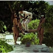 Laissez vous entrainer dans le sillage de Eli Reed à la Playboy Mansion