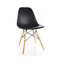 La chaise Eames avec des pieds en érable.